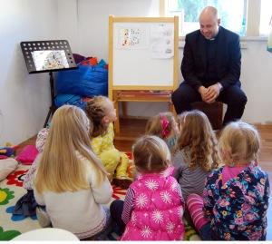 Kun.Juozas Deveikis darželio vaikams pasakoja apie Šv. Velykas.