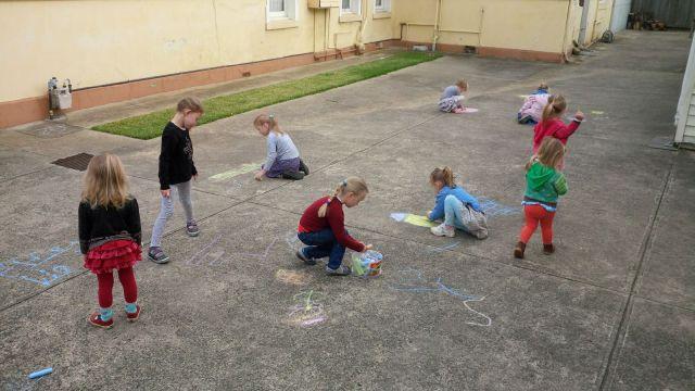 vaikai paiso kieme